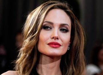 Уеду в Африку: Анджелина Джоли приняла участие в оригинальной фотосессии с гепардами