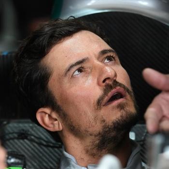 Орландо Блум попал в аварию, тестируя гоночный автомобиль «Формулы Е»